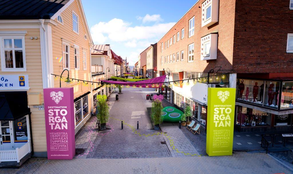 Illustration av sommar på Storgatan för Destination Östersund. Efter